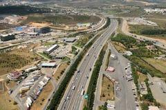 Visión aérea sobre la carretera de Anatolia E80 en la provincia de Kocaeli del Tu imagen de archivo libre de regalías