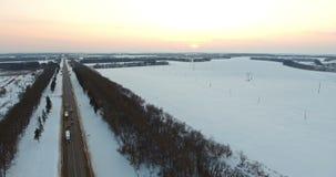 Visión aérea sobre la carretera por la tarde del invierno metrajes