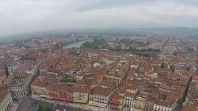 Visión aérea sobre la ciudad italiana Lucca con los tejados típicos de la terracota almacen de video