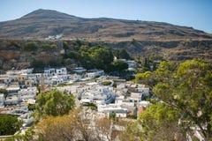 Visión aérea sobre la ciudad y los árboles blancos Fotos de archivo