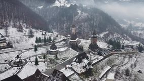 Visión aérea sobre la iglesia de madera en Ieud, Maramures almacen de video