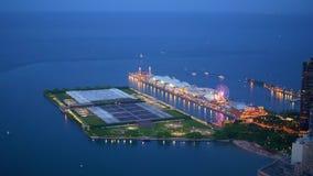 Visión aérea sobre la marina de guerra Pier Chicago en la noche - CHICAGO ESTADOS UNIDOS - 11 DE JUNIO DE 2019 almacen de metraje de vídeo