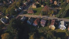 Visión aérea sobre la pequeña vecindad occidental de Pennsylvania en la oscuridad metrajes