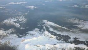 Visión aérea sobre las montañas nevosas almacen de metraje de vídeo