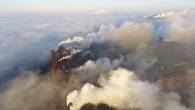 Visión aérea sobre los tubos que lanzan humo en el cielo Contaminación atmosférica de plantas industriales almacen de metraje de vídeo