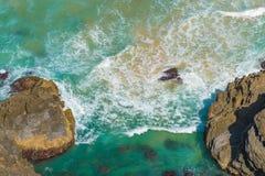 Visión aérea sobre ondas de agua verdes de la turquesa en Byron Bay, Australia fotografía de archivo