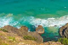 Visión aérea sobre ondas de agua verdes de la turquesa en Byron Bay, Australia foto de archivo libre de regalías