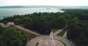 Visión aérea sobre parque del jardín de Varna, de Bulgaria y del mar verde en la ciudad almacen de video
