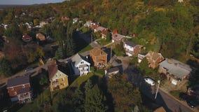 Visión aérea sobre pequeña vecindad de clase media occidental de Pennsylvania en la oscuridad metrajes