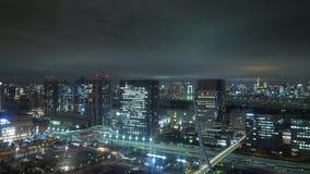 Visión aérea sobre Tokio por noche - ciudad hermosa se enciende - TOKIO, JAPÓN - 12 de junio de 2018 almacen de metraje de vídeo