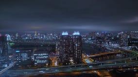 Visión aérea sobre Tokio por noche - ciudad hermosa se enciende - TOKIO, JAPÓN - 12 de junio de 2018 metrajes