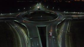 Visión aérea sobre un cruce giratorio, opinión de la noche, primer almacen de metraje de vídeo