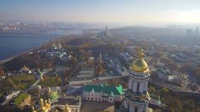 Visión aérea, superior desde el abejón: Kiev, Ucrania Pechersk Lavra Monastery metrajes