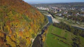 Visión aérea, superior desde el abejón: el volar sobre la montaña con el bosque y el río metrajes