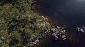 Visión aérea superior Muchacha y muchacha adolescente que flotan en el lago almacen de metraje de vídeo