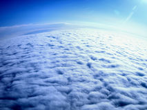 Visión aérea - tierra cubierta en nubes Foto de archivo libre de regalías