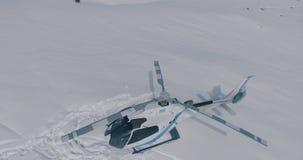 Visión aérea un helicóptero blanco parqueado del rescate que se coloca en la nieve en las montañas del invierno almacen de metraje de vídeo