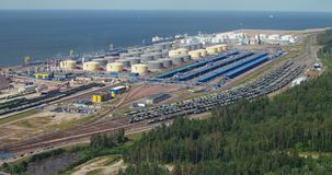 Visión aérea - un puerto de aceite situado en la costa almacen de video