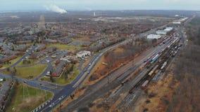 Visión aérea una ciudad un municipio adentro sobre pistas ferroviarias Día de verano asoleado NJ LOS E.E.U.U. almacen de video