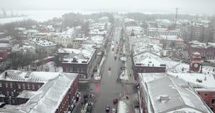 Visión aérea - una opinión melancólica del invierno de una pequeña ciudad cerca del mar en la niebla almacen de video