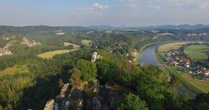 Visión aérea una vista panorámica magnífica de Bastai en Alemania al lado del río en un día soleado almacen de video