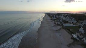 Visión aérea/vídeo cercano para arriba de la isla NC de Topsail de la costa de las casas de playa almacen de metraje de vídeo