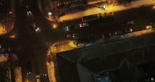 Visión aérea - vista de las calles de la noche el movimiento de coches con las linternas almacen de video
