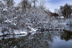 Visión abajo The Creek después de una nieve fresca Imagenes de archivo