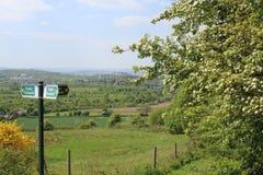 Visión abajo de la colina que ofrece el poste indicador del sendero Imagenes de archivo