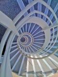 Visión abajo de una escalera espiral de la oficina Imagen de archivo libre de regalías