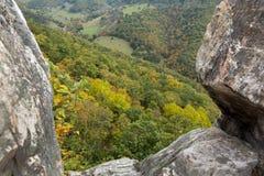 Visión abajo desde Seneca Rocks en Virginia Occidental Foto de archivo libre de regalías