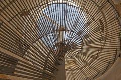 Visión abstracta a través de la escalera espiral Fotografía de archivo