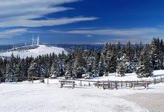 Visión agradable desde el chalet de Roseggerhaus en las montañas de Fischbacher Alpen del invierno en Estiria Foto de archivo