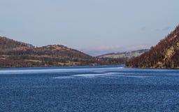 Visión agradable sobre las montañas con el cielo azul Fotografía de archivo