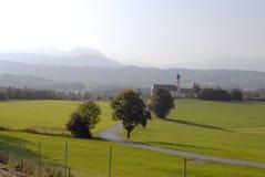 Visión alpestre e iglesia imagen de archivo libre de regalías