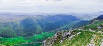 Visión amplia desde la meseta de Nanos en el valle verde de Vipava Fotografía de archivo libre de regalías