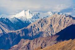 Visión asombrosa desde el La de Khardung - paso lo más arriba posible motorable del mundo, Ladakh, Himalaya, la India fotografía de archivo
