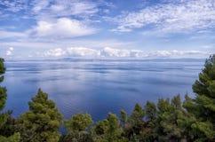 Visión asombrosa desde el top de una colina abajo al mar, en Sithonia, Grecia Fotografía de archivo libre de regalías