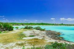 visión asombrosa desde un acantilado en el océano tranquilo de la turquesa y la playa contra fondo mágico del cielo azul en la is Foto de archivo libre de regalías