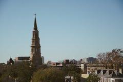 Visión asombrosa desde un tejado de una ciudad de moda de la ciudad de la cadera con la aguja alta de la iglesia en el medio Foto de archivo libre de regalías