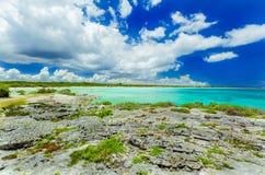 Visión asombrosa imponente desde un acantilado en el océano tranquilo de la turquesa y la playa contra fondo de la magia del ciel Foto de archivo libre de regalías