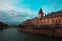 Visión asombrosa sobre Seine, puente y París constructiva Foto de archivo