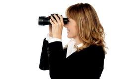 Visión atractiva de la mujer con binocular imagenes de archivo