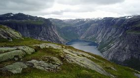 Visión cerca de Trolltunga al fiordo y al agua del abejón en el aire Noruega almacen de metraje de vídeo