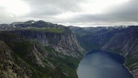 Visión cerca de Trolltunga al fiordo y al agua del abejón en el aire Noruega metrajes