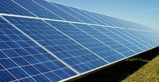 Visión cerca del panel fotovoltaico, usando energía limpia, energía renovable El concepto de tecnología remota de la ayuda, bio e Fotos de archivo libres de regalías
