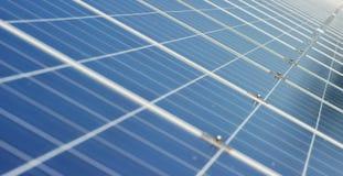 Visión cerca del panel fotovoltaico, usando energía limpia, energía renovable El concepto de tecnología remota de la ayuda, bio e Foto de archivo libre de regalías