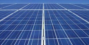Visión cerca del panel fotovoltaico, usando energía limpia, energía renovable El concepto de tecnología remota de la ayuda, bio e Imágenes de archivo libres de regalías