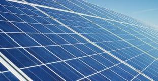 Visión cerca del panel fotovoltaico, usando energía limpia, energía renovable El concepto de tecnología remota de la ayuda, bio e Foto de archivo