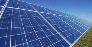 Visión cerca del panel fotovoltaico, usando energía limpia, energía renovable El concepto de tecnología remota de la ayuda, bio e Imagen de archivo